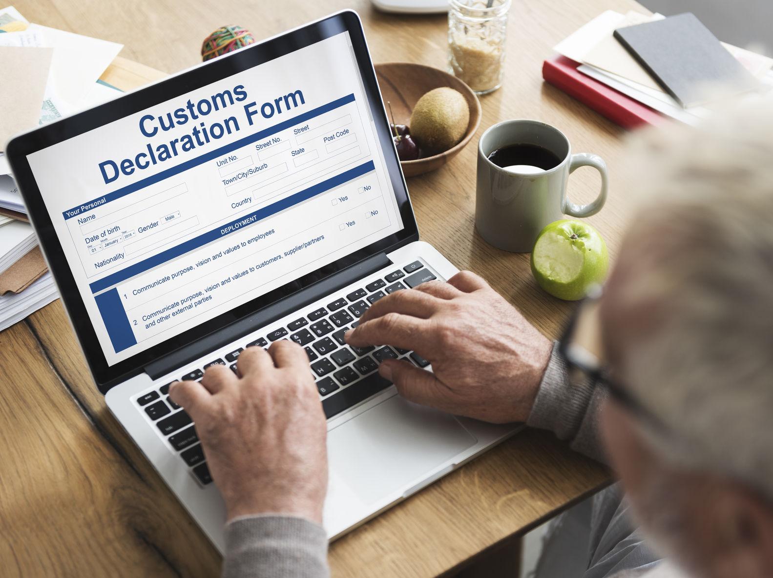 Zollabfertigung, Beschaffung von behördlichen Genehmigungen im In- und Ausland, customs declaration form invoice freight parcel concept